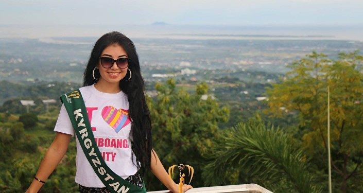 19-летняя участница из Кыргызстана Бегим Алмасбекова на конкурсе красоты Мисс Земля