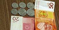 Национальная валюта Кыргызстана на столе. Архивное фото