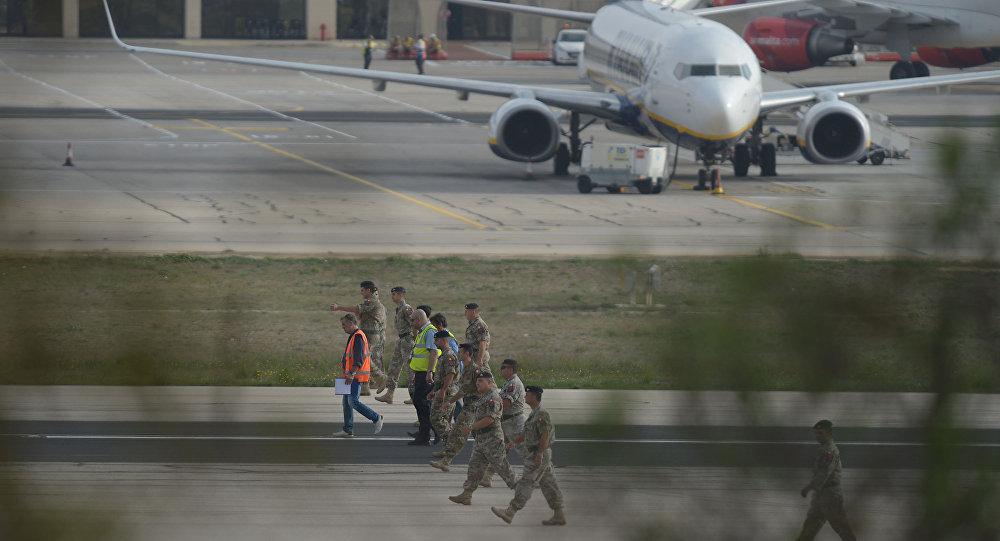 Спасатели и сотрудники правоохранительных органов в аэропорту Мальты, где потерпел крушение легкомоторный самолет