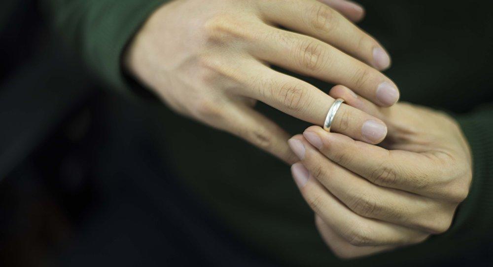Архивное фото мужчины который снимает обручальное кольцо