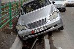 Угнанный автомобиль марки Mercedes, упавший в арык на пересечении проспекта Шабдан Баатыра и улицы Шоокум