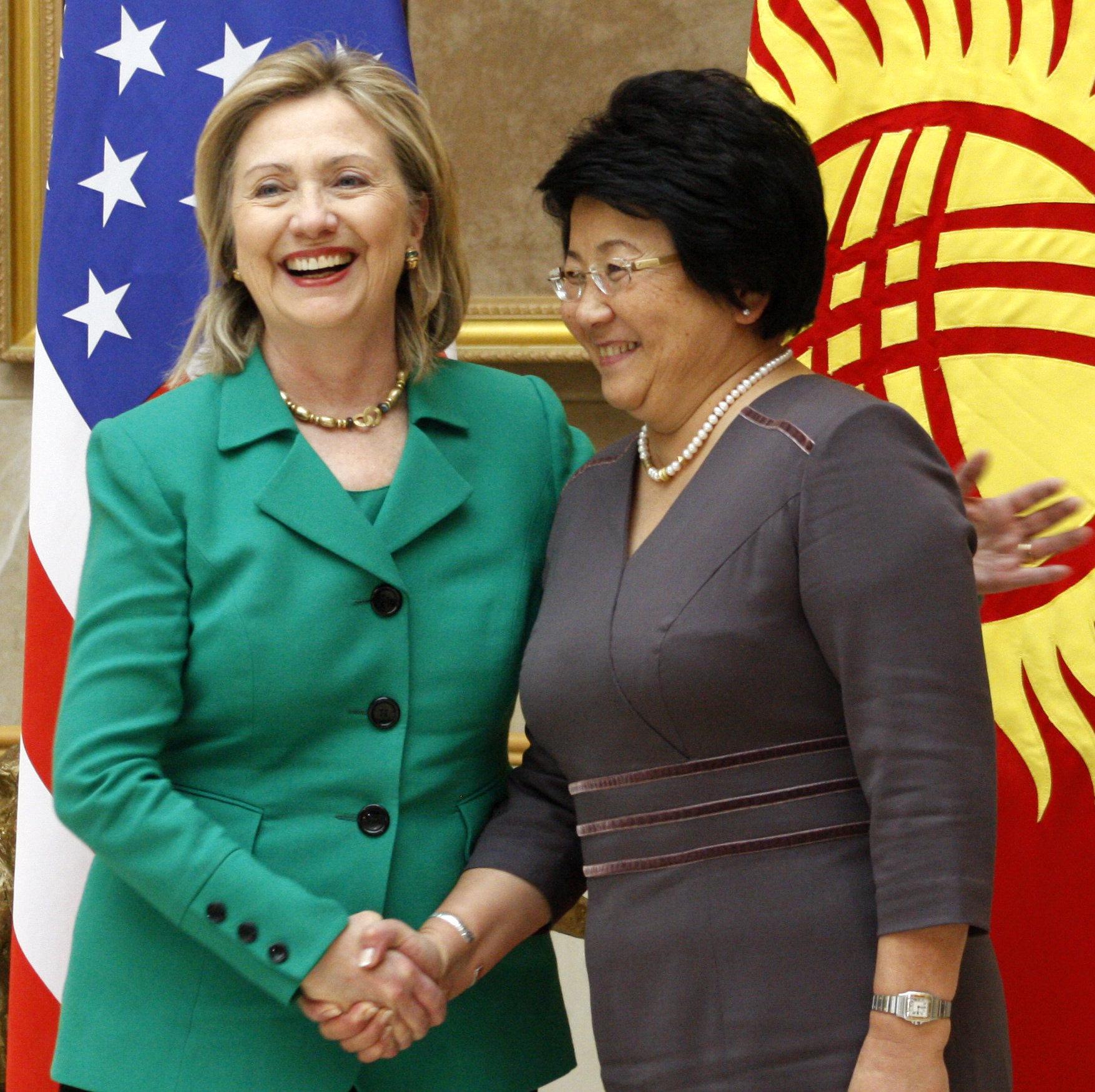 Госсекретарь США Хиллари Клинтон во время встречи с президентом КР Розой Отунбаевой в Бишкеке. 2010г