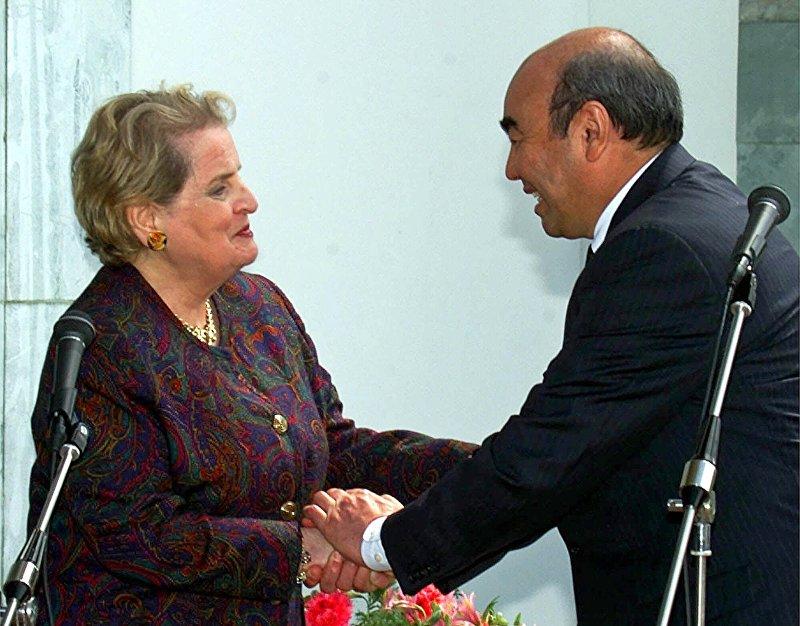 Президент Аскар Акаев в 2000 году принял госсекретаря США Мадлен Олбрайт