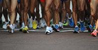 Жеңил атлетчилер марафон учурунда. Архив