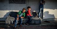 Сирийские дети сидят в лагере беженцев в Kilis районе Газиантеп, юго-востоке Турции