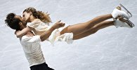 Габриэлла Пападакис и Гийом Сизерон (Франция) выступают в произвольной программе танцев на льду на командном чемпионате мира по фигурному катанию в Токио.