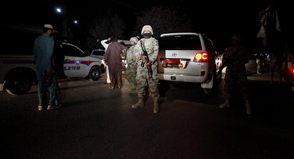 Пакистанский солдат стоит на страже за пределами Учебного центра полиции после нападения на центре в Кветте