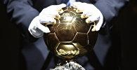 Мыкты футболчуларга бериле турган беделдүү Алтын топ сыйлыгы. Архив