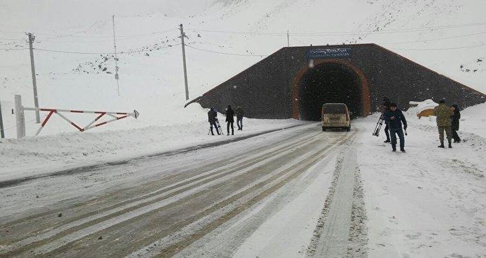 Во вторник во многих районах страны идет снег.