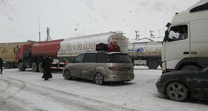 В таких погодных условиях на перевале Тоо-Ашуу трассы Бишкек — Ош затрудняется движение.