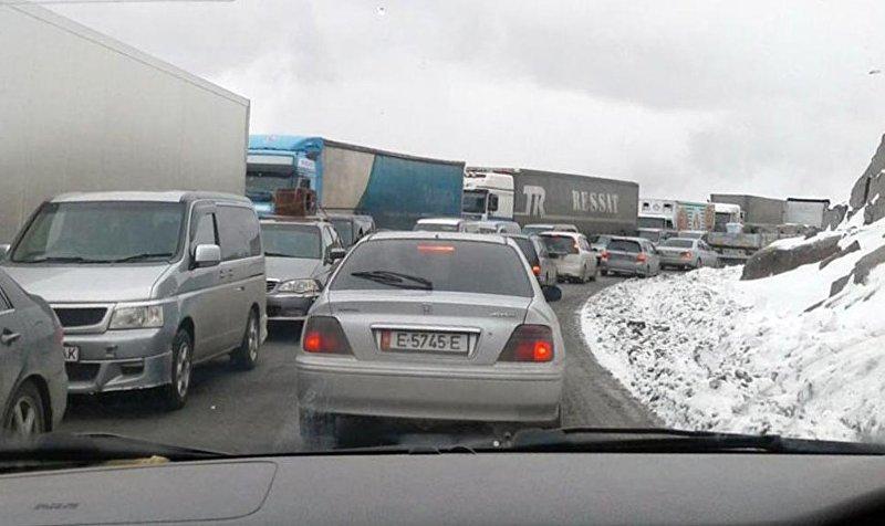 читатель через WhatsApp-канал Sputnik Кыргызстан сообщил, что на перевале Тоо-Ашуу образовалась пробка.