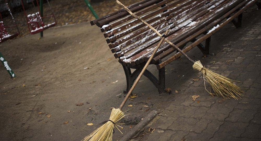 Веники сотрудника Тазалыка во время уборки территории. Архивное фото