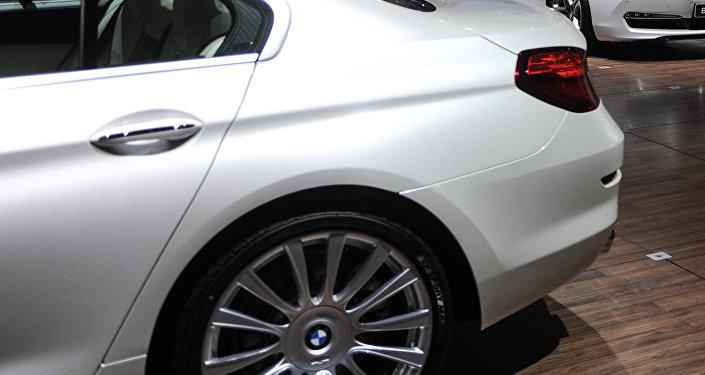 Автомобиль BMW в салоне. Архивное фото