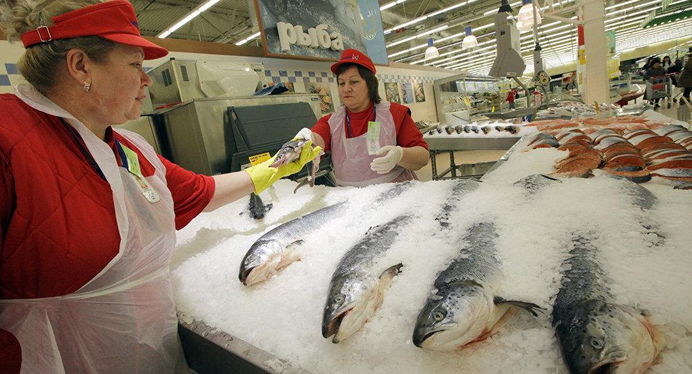 Продавцы рыбного отдела гипермаркета в России. Архивное фото