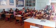 Семья мигрантов подарила школьную мебель для школы в селе
