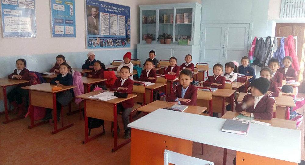 Школьные парты и стулья школы имени Эшимбека Капалова Бакай-Атинского района, которые были закуплены и доставлены супругами-мигрантами за свой личный счет