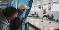 Зрители на открытом чемпионате по тяжелой атлетике в Бишкеке. Архивное фото