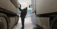 Сотрудник таможенной службы проверяет груз. Архивное фото