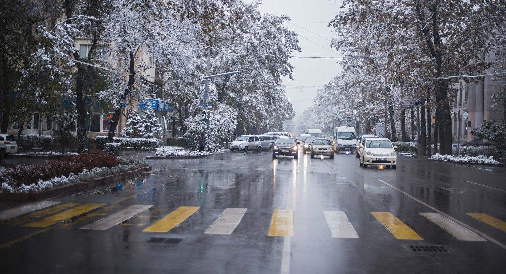 Автомобили стоят у светофора на улице Киевская в Бишкеке. Архивное фото