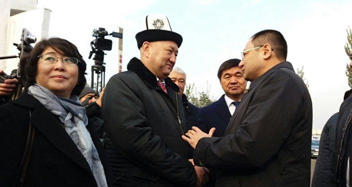 Делегацию встретили первый вице-премьер Мухамметкалый Абулгазиев, вице-премьер Жениш Разаков, руководители Ошской области и Оша, а также общественные и культурные деятели.