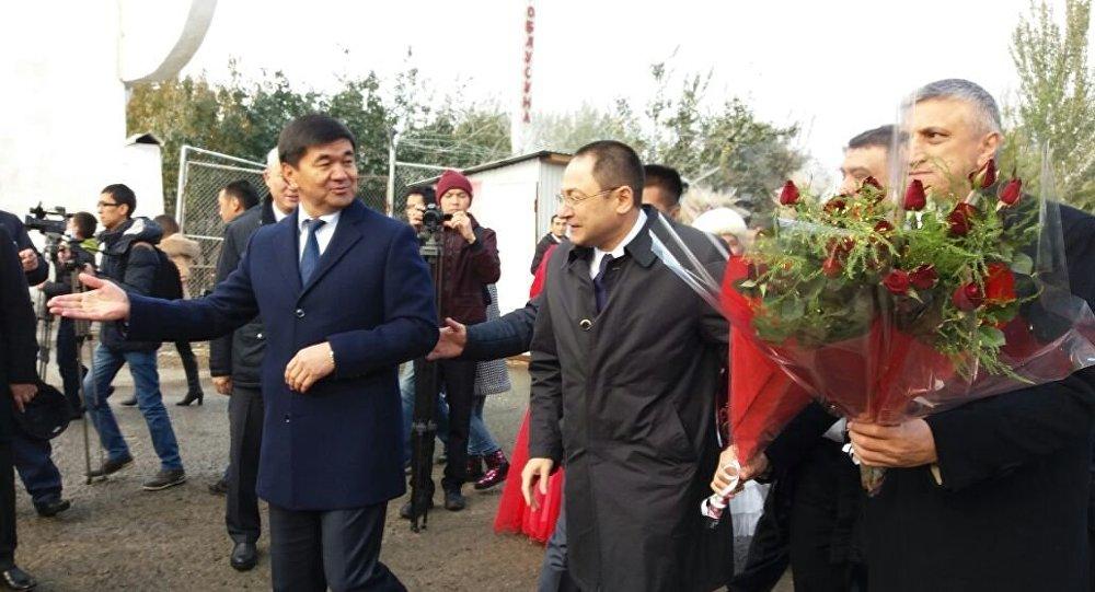 Первый вице-премьер Мухамметкалый Абулгазиев встречает делегацию Узбекистана в городе Ош