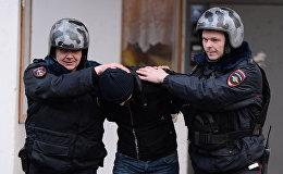 Россиянын полиция кызматкеринин кылмышка шектелген жаранды кармоосу. Архивдик сүрөт