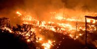 Крупный пожар возник в лагере мигрантов в Кале. Кадры с места ЧП