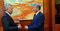 Президент Алмазбек Атамбаев КСДП фракциясынын лидери Иса Өмүркуловду кабыл алуу учурунда