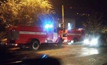 Пожарные службы на месте пожара в торговом центре Таатан в Бишкеке