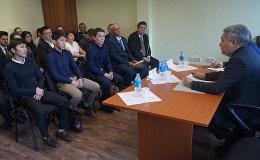 Полномочный посол КР в России Болот Отунбаев на встреча с кыргызской диаспорой в Приморском крае