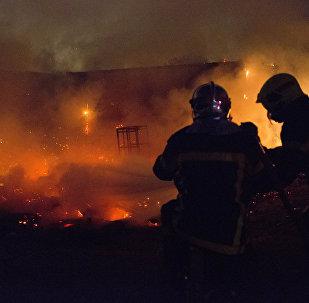 Пожарные во время тушения возгорания. Архив