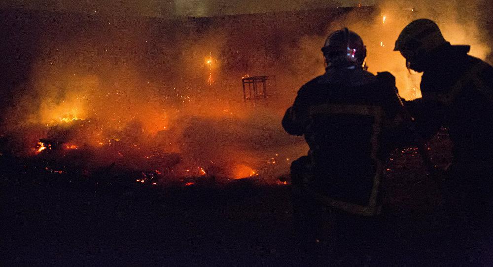 Сотрудники пожарной службы во время тушения огня. Архивное фото