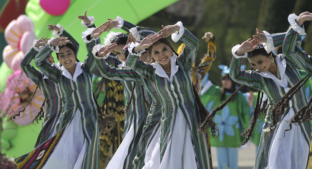 Бийлеп жаткан өзбек кыздар. Архив