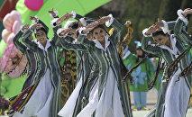 Архивное фото девушек, которые исполняют узбексий танец которые в национальных костюмах