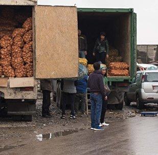 Люди на рынке Дыйкан-Пишпек. Архивное фото