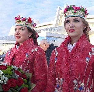 Жээнбекова в аэропорту Минска встретила девушка с цветами