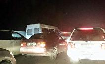 Автомобильный затор по проспекту Дэн Сяопина в Бишкеке