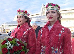Минск шаарынын аэропортунан Жээнбековду гүл көтөргөн кыз тосуп алды