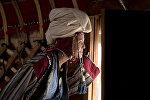 Кыргыздын этнокийимин кийген кыз. Архивдик сүрөт