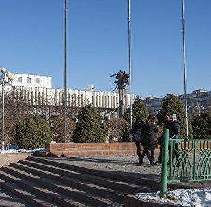 Молодые люди возле здании филармонии в Бишкеке. Архивное фото