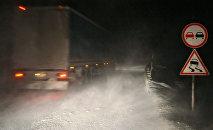 Занесенная снегом трасса. Архивное фото