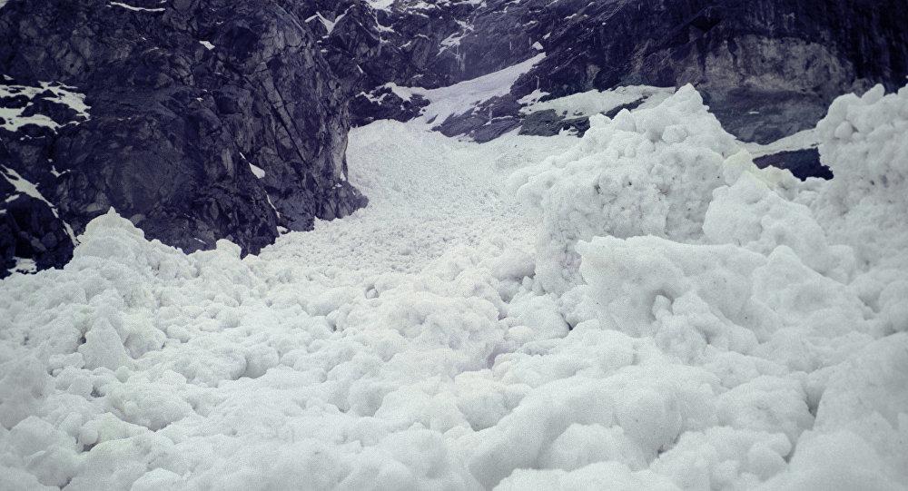 Из-за схода лавин умер военнослужащий