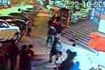Массовая драка возле торгового центра Moto попала на видеокамеру