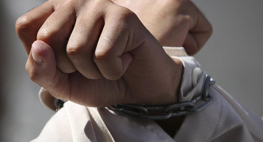 Связанные руки мужчины. Архивное фото