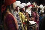 Девушки в национальных костюмах на презентации проекта под названием Войлочный мир — дух кочевья в Бишкеке