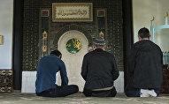 Мусульмане молятся в центральной мечети имени Ибрахим ажы в городе Каракол