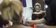 Мастера салона красоты Женские секреты во время макияжа бишкекчанки для празднования Хэллоуина.