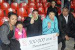 Директор первого в Кыргызстане детского дома семейного типа для детей с ограниченными возможностями здоровья Бакыт Абдиев с детьми