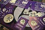 Архивное фото брошюры и значки с символикой Пиратской партии Исландии.