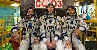 Члены основного экипажа 48/49-й экспедиции на Международную космическую станцию астронавт НАСА Кэтлин Рубинс, космонавт Роскосмоса Анатолий Иванишин и астронавт ДжАКСА Ониши Такуя во время подготовки к старту на космодроме Байконур.